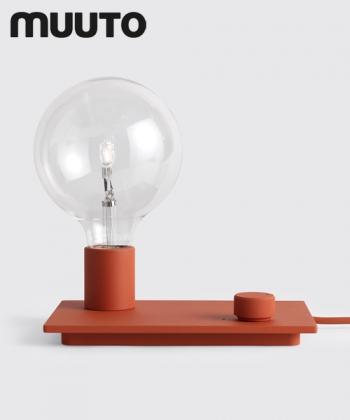 Skandynawska lampa stołowa w stylu industrialnym Control czerwona   Muuto