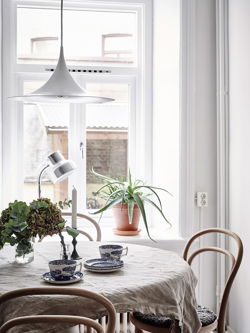Skandynawski apartament z niebieską ścianą